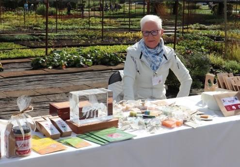 Andrea mit Kreationen von Bienenlustwelt